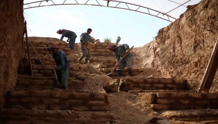مقابر من طين بطبقات عدة في دوما السورية مع ازدياد القتلى