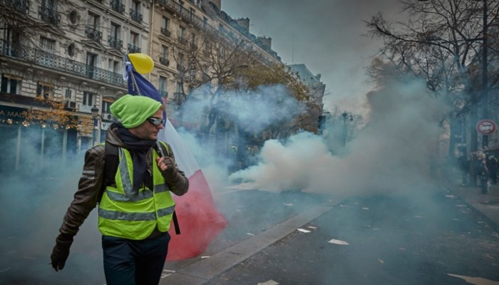 إضراب يشل الحركة بفرنسا بعد تعديلات على قانون التقاعد