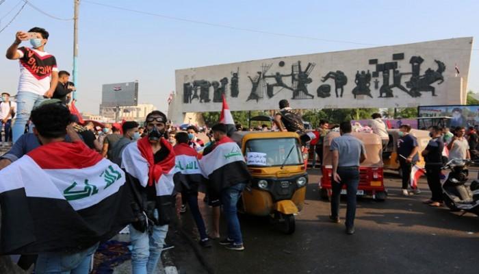 العراق.. مجهولون يطعنون 12 متظاهرا بساحة التحرير وسط بغداد