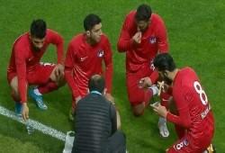 لاعبون يستغلون توقف مباراة للإفطار في أول أيام رمضان «فيديو»