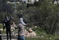 تحطيم مركبة لقوات الاحتلال خلال مواجهات بالقدس