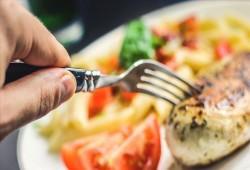 12 نصيحة طبية للجهاز الهضمي وتجنب النفخة في رمضان (مقابلة)
