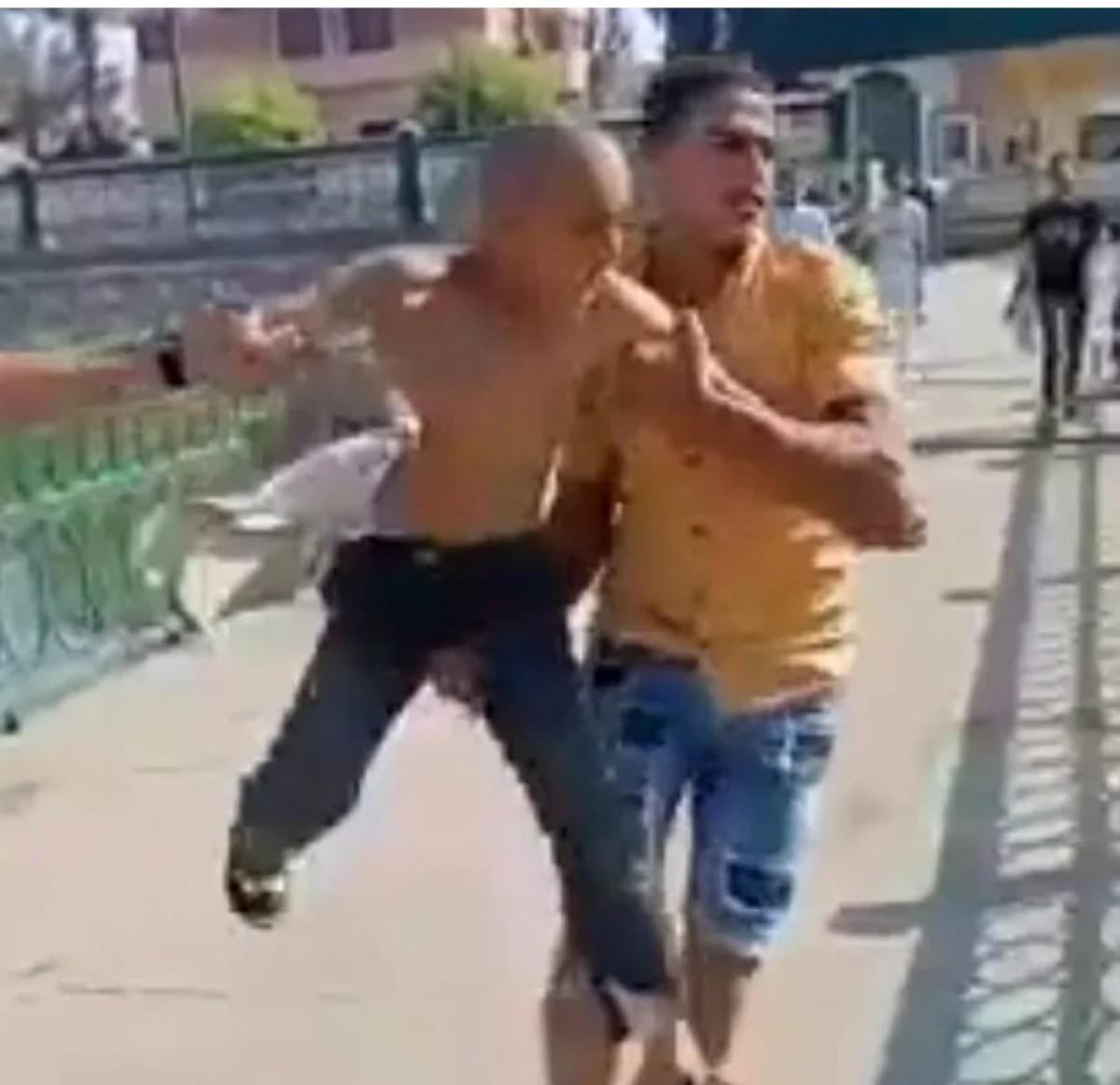 شابان يلقيان طفلا بنهر النيل فى البحيرة على سبيل السخرية
