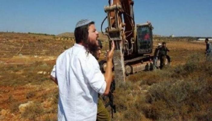 مستوطنون يواصلون تجريف أراضي الفلسطينيين بجبل العالم